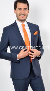 2-abito-bluette-cravatta-arancione-copertina-2